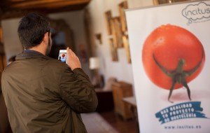 Asistente evento Incitus fotografiando el tomate